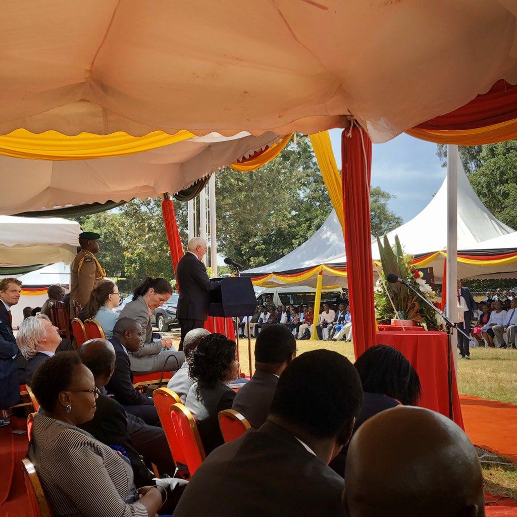 """Berufsschulen/duale Ausbildung auch in #Kenia. Eigentlich wollte Bundespräsident Steinmeier das """"Kist"""" nur mit der dt. Delegation besuchen. Doch dann entschied Präs. Kenyatta gestern spontan, mitzukommen. Hymnen, Reden, Aufmerksamkeit für #Entwicklungszusammenarbeit pic.twitter.com/Fa6PnxSjK6"""
