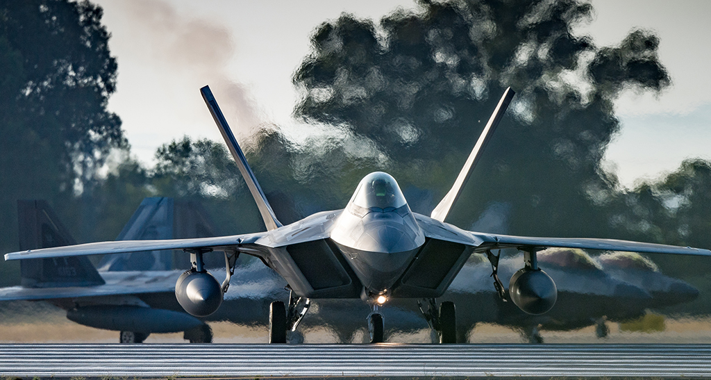 Lets Have A Look At The U.S. F-22 Raptors Returning Home Earlier This Month From Short-Notice Deployment to Qatar Started in June 2019: theaviationist.com/2020/02/25/let…