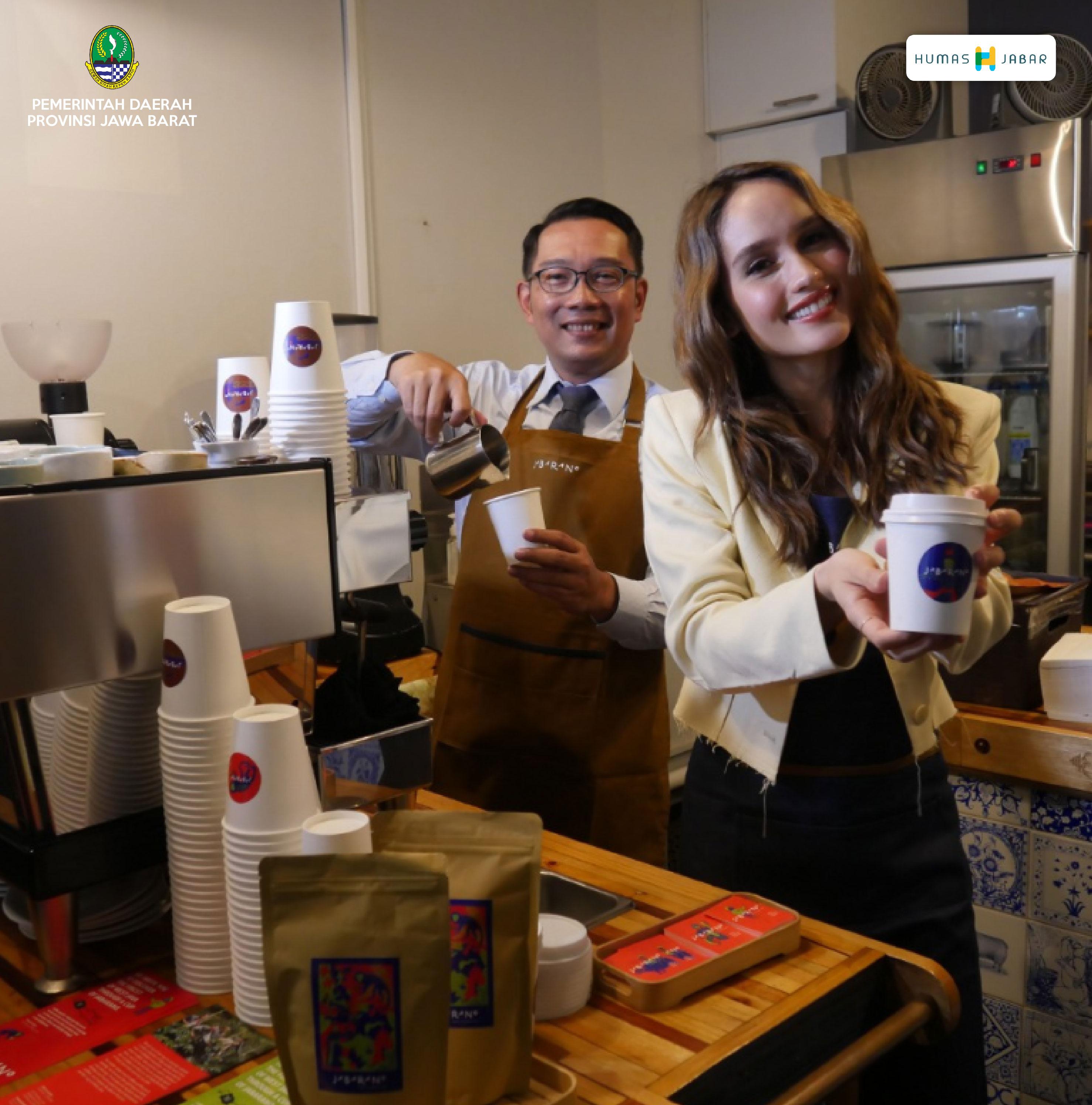 Gubernur Jabar Ridwan Kamil bersama Duta Anti Kekerasan Cinta Laura dan rombongan saat meluncurkan Jabarano Cafe di 555 Flinders Lane, Kota Melbourne, Victoria, Australia, Senin (24/2/2020) petang waktu setempat.