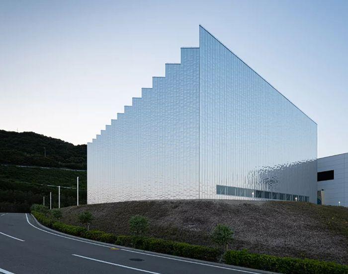 a reflective zig-zag façade clads OHArchitecture's factory in awaji, japan https://www.designboom.com/architecture/zig-zag-facade-oharchitecture-factory-awaji-japan-02-25-2020/…pic.twitter.com/QiTMxCRDIc