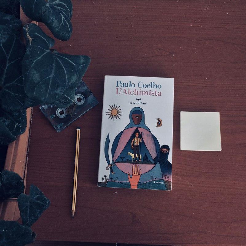 Un viaggio non implica per forza una partenza. #Lalchimista di #PauloCoelho (Edizione @lanavediteseoed) è colui che sogna, che soffre e che cerca un tesoro: è uno di noi. L'articolo è nel blog! 🦉 Il tuo caffè è qui in basso, buona lettura! ☕️