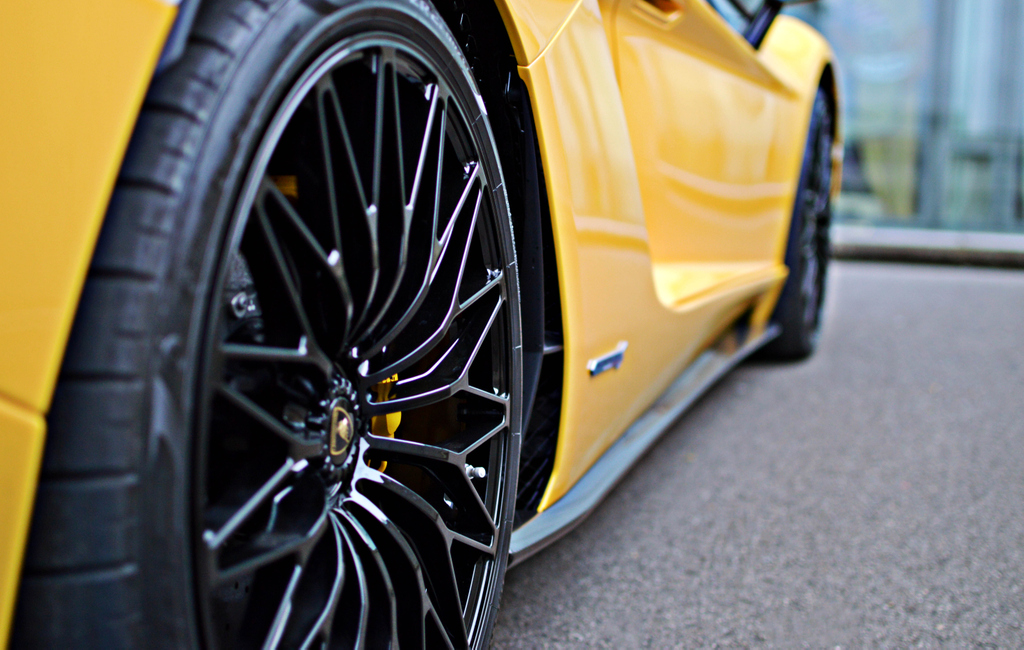 #DETAILS Lamborghini named the Aventador wheels Dianthus from the Greek words Dios (of Zeus) and Anthos (flower) . . . . #qotd #lamborghini #aventador #roadster #italy #supercar #hypercar #wheels #black #forged #luxembourg #TDLuxepic.twitter.com/mR14SU86TH