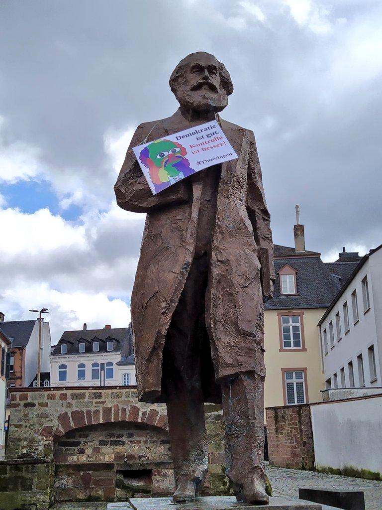 Welche 'lustigen' Jecken waren denn in #Trier unterwegs?   @Stadt_Trier #KarlMarx pic.twitter.com/cnIMXrG497