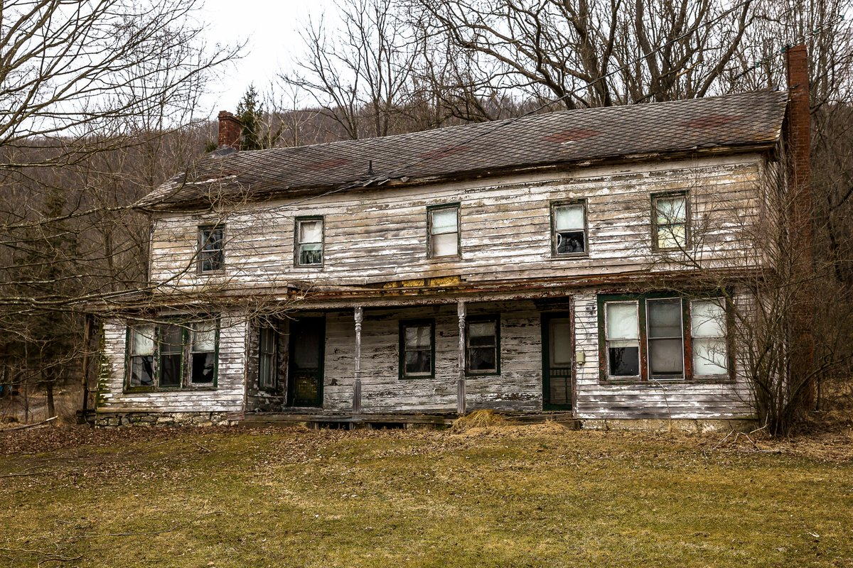Lunch break from the office exploration. Abandoned House - New Jersey - 2/20/20 #newjersey #abandonednewjersey #weirdnj #photog #photography #abandoned #abandonedhouse #decay