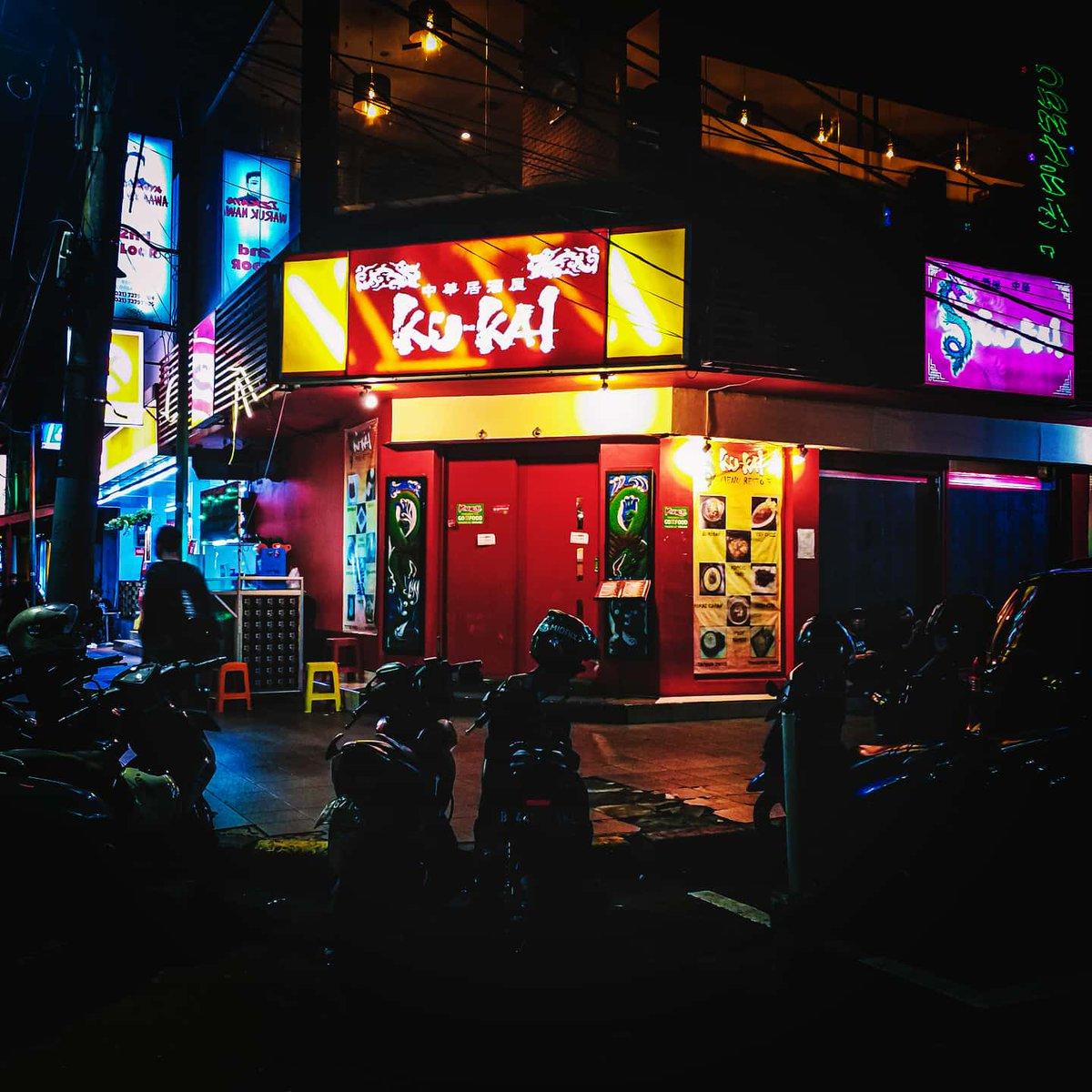 Suatu malam di pojok kota . . . . . #withgalaxy #samsung @samsungID #darkphotos #lightphotography #neonsigns #darktone #night_shooterz #potopotokota #nyebar_blokm #streetgrammer #visualgrams #arttherapy #citylab #cityframe #lightbox #cityview #citykillerz #citygrammers pic.twitter.com/b9eOZhOSSw