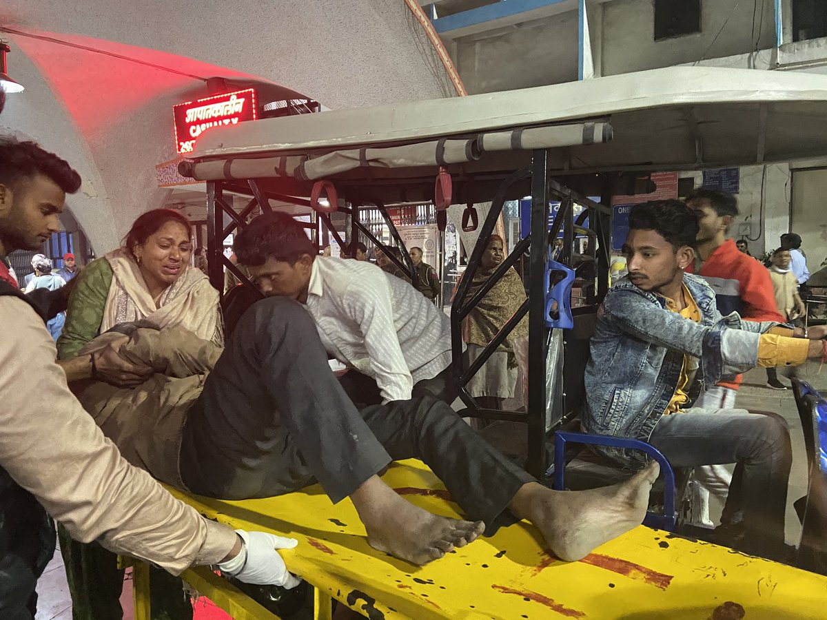 Injured are pouring in at GTB hospital in ambulances, e-rickshaws, bikes! Hosp confirms 11 deaths, 150 injured with over 45 gunshots wounds. #DelhiViolence