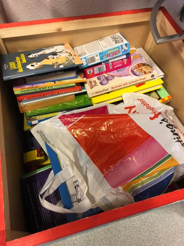 Soeben haben wir eine grooooooooße Spielzeuglieferung erhalten. Danke @Leipzig_Ole ! Echt stark! Die Kiste ist fast voll. Was da alles so an Spielsachen und Büchern reingeht, stimmt's?#GutesTun #Spielsachen #GuterZweck #Kids #Soziales #Dankepic.twitter.com/1U2XyT1Fho