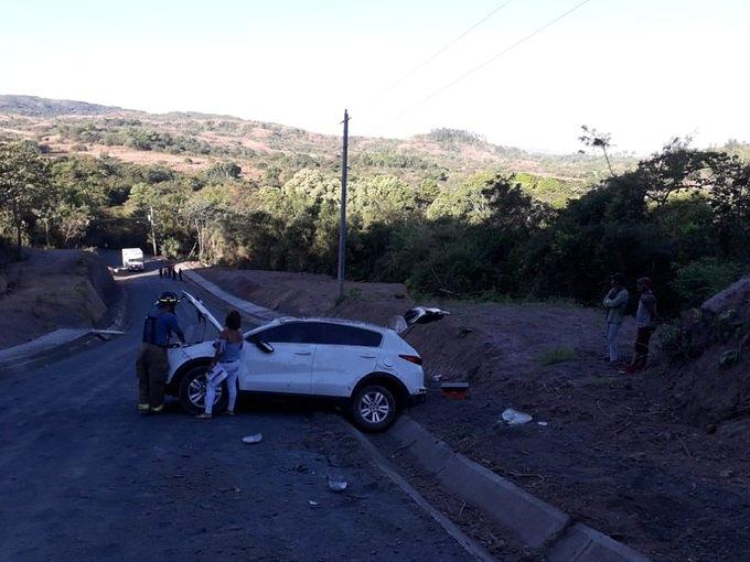 Conductor pierde control de vehículo y se vuelca en Llano Largo, La Mesa, provincia de Veraguas. Personal paramédico SAMER y CSS atienden a 5 heridos, de los cuales 3 fueron trasladados a centro hospitalario. @tvnnoticiaspic.twitter.com/Hpjyw8UiW3