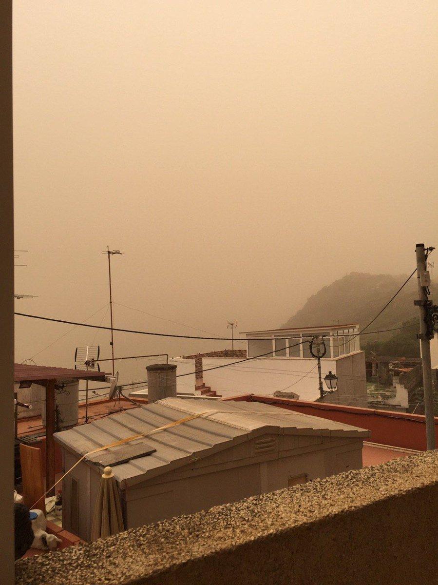 """Mira en Canarias estamos igual, pero esta vez no por el """"humo de crematorios"""", sino el humo que generan tus 7 neuronas trabajando a """"pleno"""" rendimiento. pic.twitter.com/RzVfEBE1Qb"""
