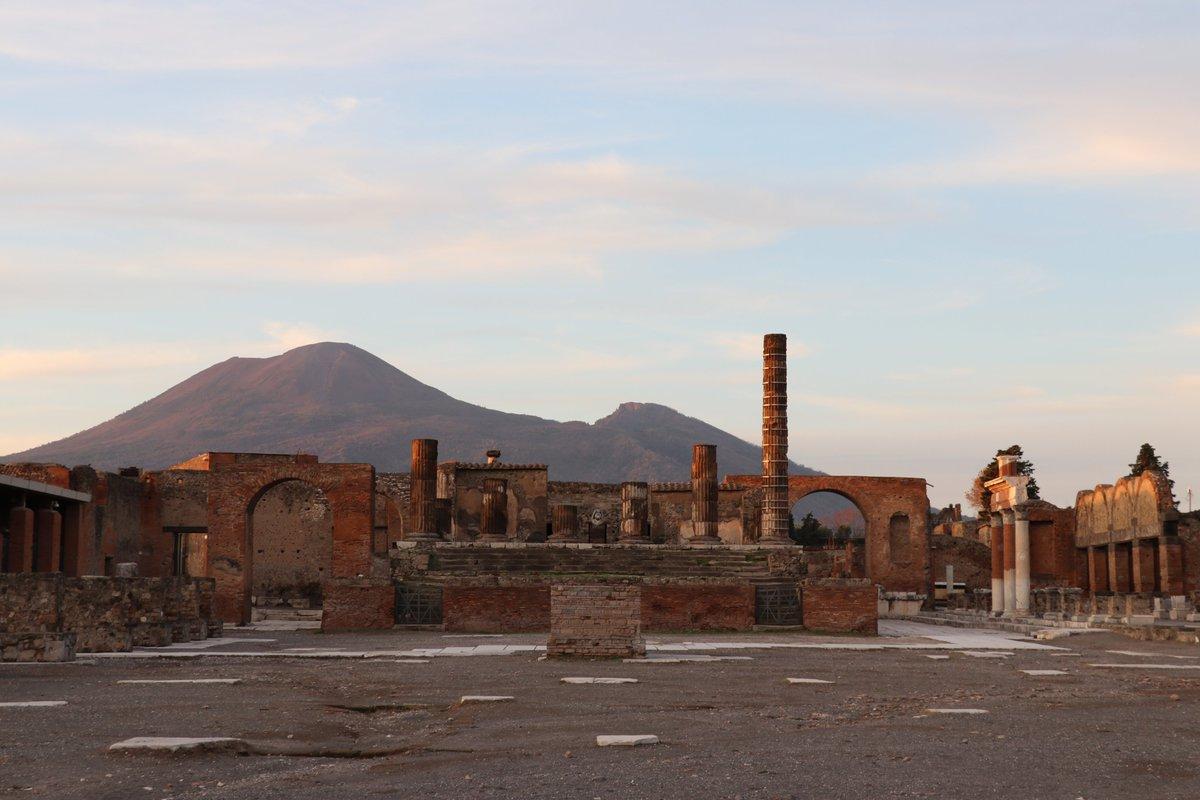 Sous les cendres, Pompéi 🌋 Alors que la cité romaine détruite par une éruption du Vésuve en 79 continue de dévoiler ses secrets, le #GrandPalais organise dans un mois  l'#ExpoPompéi immersive alliant tech et archéologie! https://t.co/hLBAVHAbGK  Avec @GEDEONPROG / @pompeii_sites https://t.co/7XUNMBEB4e
