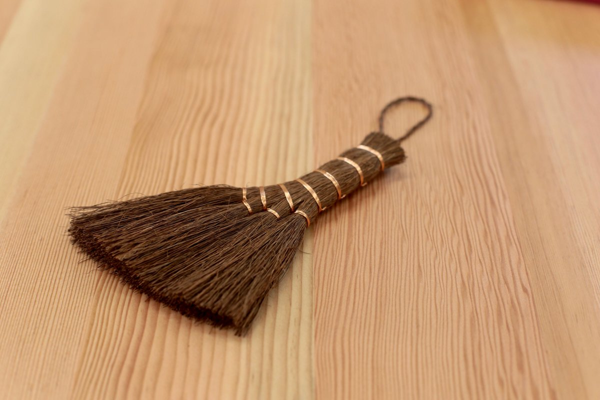 BRAND: Niwaki @niwakijake  ITEM: Shuro Brush – traditional Japanese hand broom PRICE: £9  #swaygallerylondon #swaygallery #swaylondon #japan #japanese #japanesegarden #london #handicrafts #handbroom #japanesebroom #madeinjapan #fiber #bonsai #sweeping #cute #swaypic.twitter.com/qW84fJl8VB