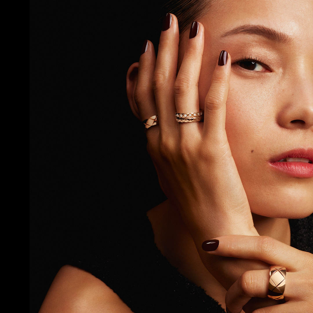 COCO CRUSH MINI.  Even slimmer, the mini versions of the COCO CRUSH collection rings can be worn stacked — or separately on every finger. #COCOCRUSH #CHANELFineJewelry  Discover on https://t.co/376urEYzw4 https://t.co/5NLT6AWDPB