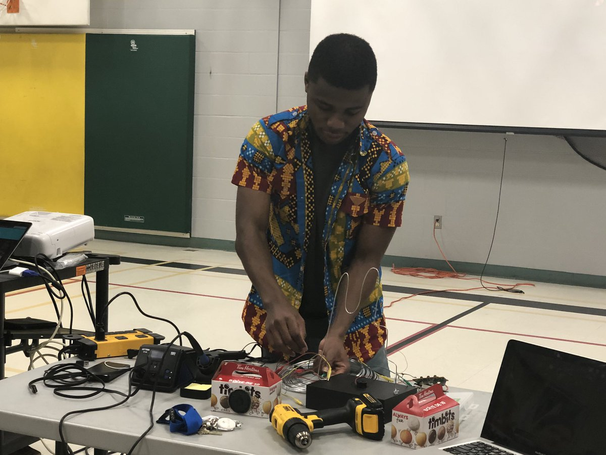 Kelvin Doe, keynote speaker at our WECDSB WE Day is here hosting a 'Maker' workshop with our ECO team to show them how recycled materials can be used to make some really cool things. #saveourplanet  @WECDSBpic.twitter.com/unssb12GgG