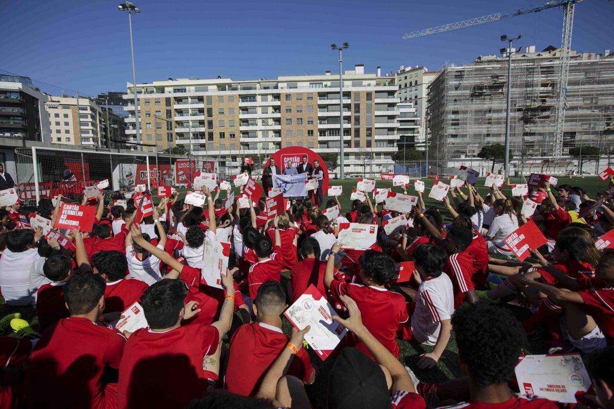 """📸 O Estádio da Luz recebeu o Festival """"Cartão Vermelho ao Racismo"""", que contou com a participação de mais de 400 crianças!  #ShowRacismtheRedCard #FundaçãoBenfica"""