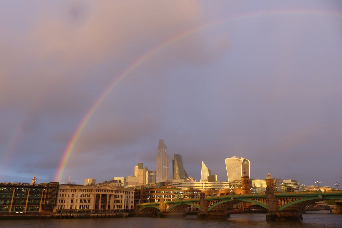 London is really making it particularly hard to feel good about flying home to Munich tomorrow. #rainbow #London #photooftheday #photographypic.twitter.com/0DjN6E3Skr