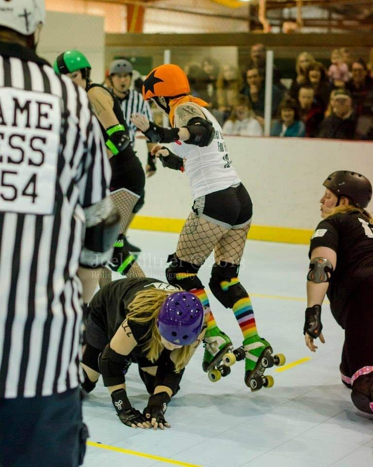 Sweet sweet booty kicking #tbt to 8 years ago. Pining for my days spent on wheels more than shoes.   #rollerderby #antiks #girlswhoskate #jammer #blocker #pivot #triplethreat #rollerskate #skateallday #gottacatchmefirstcoppapic.twitter.com/miOJWf8XWs