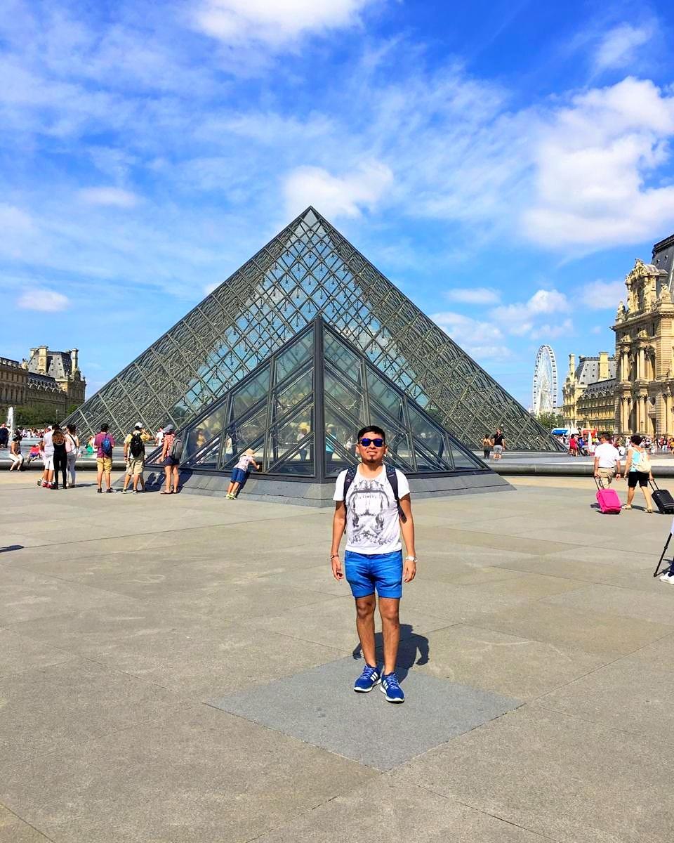 Museo de louvre, atrás la pirámide parisina 🇫🇷 #France #Paris #Louvre #Museum #PhotoOfTheDay #Like4like #Traveler #Follow #ParisTrip #Wanderlust #PicOfTheDay