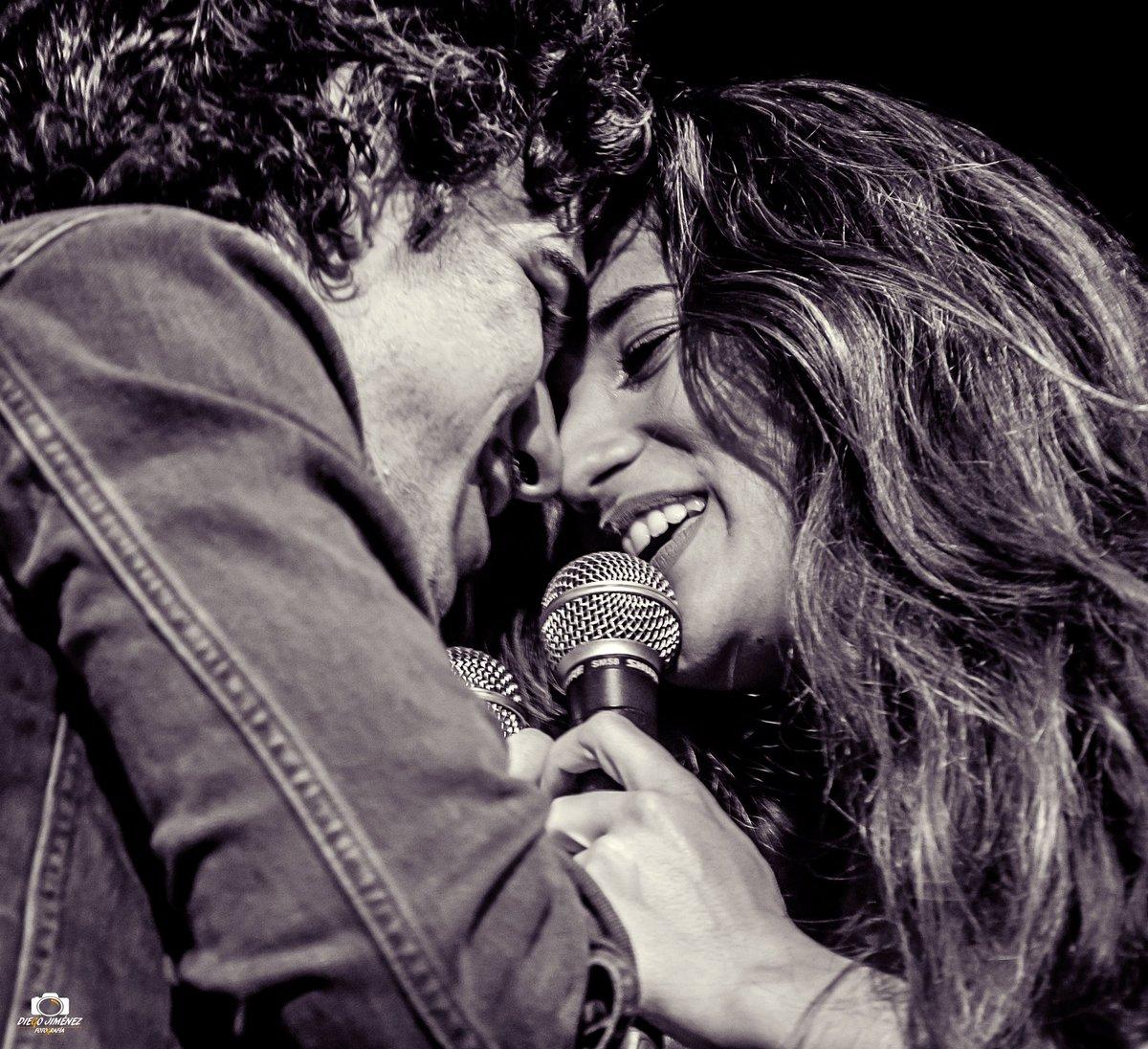Momentazo sobre el escenario de la @salacustom @itsjuliamedina y @hermidagonzalo ...  #nodejodebailar #juliamedina #fotografomusical #fotosdeconcierto #fotosendirecto #photography #photographer #music #musica #concierto #singer #fotografo #diegojimenezfotografia #guitarra