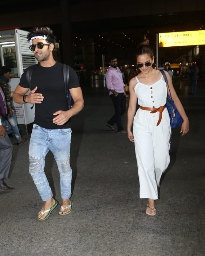 #PulkitSamrat  & #KritiKharbanda  #Snapped  Together At #Mumbai  #Airport ..........