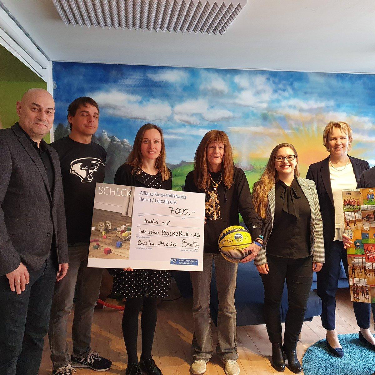 Für die inklusive Basketball Gruppe hat das indiwi eine Spende von 7000 Euro bekommen. Wir danken der Allianz Stiftung und alles MitarbeiterInnen für diese großartige Spende. #Inklusion #Vielfaltpic.twitter.com/yOKN0piw8L