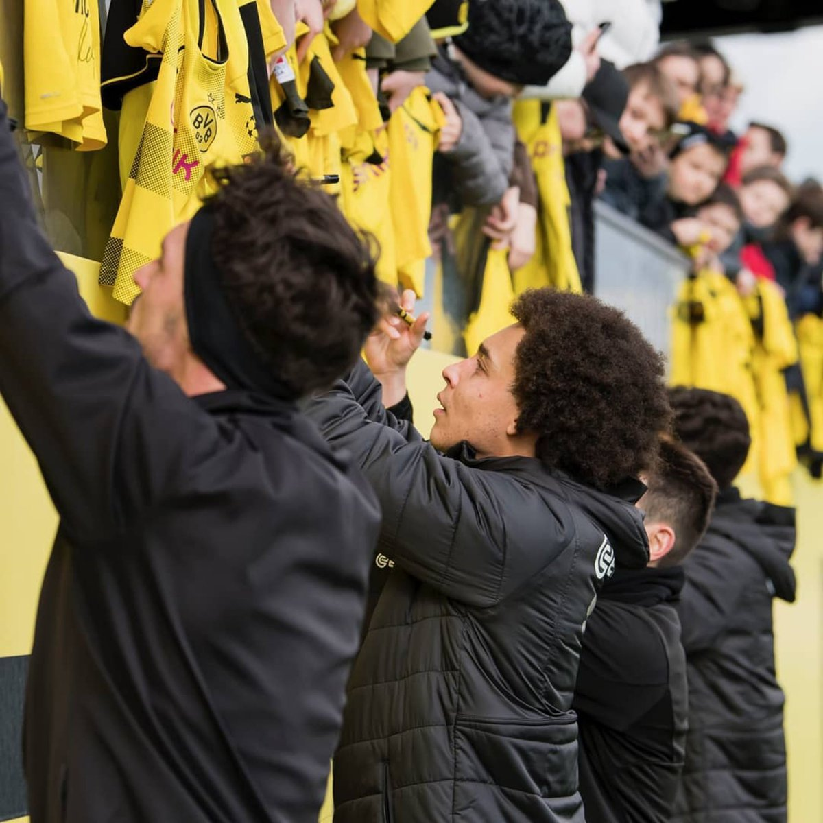 Loved meeting so many of you at today's public training @BVB ✍🏽🖤💛 #BVB #AW28