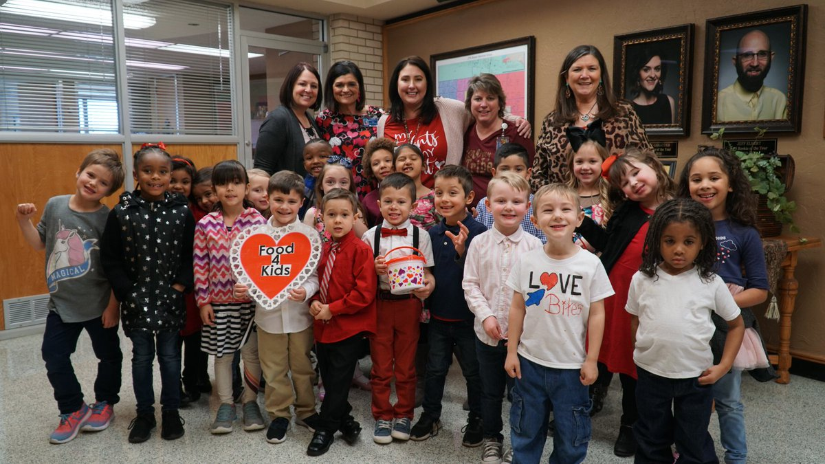 The @Whittier_Elem Singing Cardinals—a group of kindergarten students—traveled around Lawton on #Valentines2020 to spread some love and raise money for Food4Kids. Check out these photos from their stop at the John Shoemaker Education Center! #LPS #WeAreLPS #ThoughtfulTuesdaypic.twitter.com/ZjX5pJ0ABk