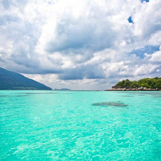 E a cor dessa água? Suficiente pra te dar aquela vontade de marcar a viagem pra Tailândia? Se for, não deixe de visitar a ilha Koh Lipe. #calçathai #tailândia #mar #água #ilha #paraíso #kohlipe #belezanatural #natureza https://ift.tt/32ysKWEpic.twitter.com/YrL5CLOcJb