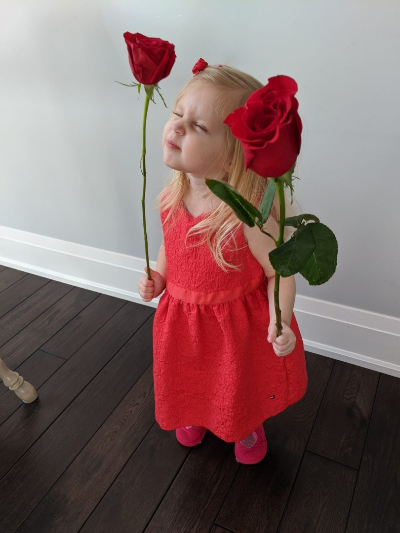 How adorable is she? 🥰🌹  As always, we LOVE to see your photos. A big thank you to Lisa for sending these in!  #adorable #potd #vday #roses #bloomex
