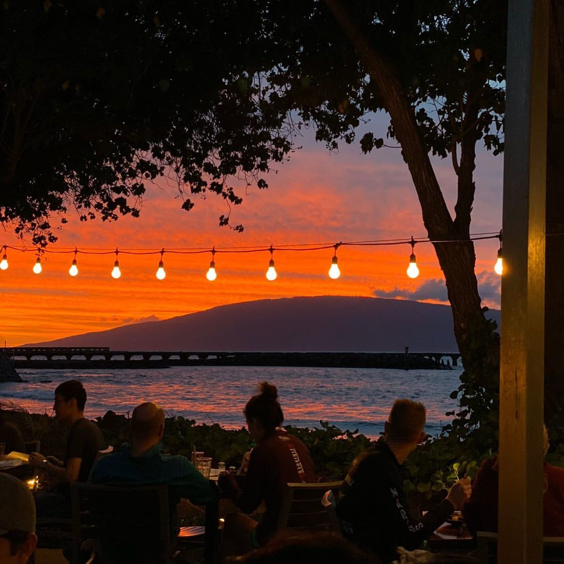 'Ono food, cocktails and THIS view 🧡 #lahaina #maui   PC: @chadwelltraveled https://t.co/6efpXxrDPg