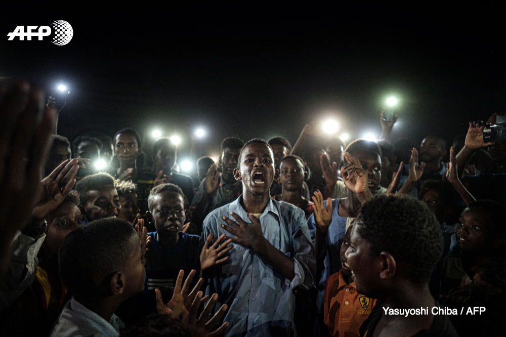 @WorldPressPhoto Nairobi-based AFP photographer Yasuyoshi Chiba was nominated in both the World Press Photo of the Year and the General News-Singles categories for his image of a young man reciting a poem during protests in Sudan 2/5
