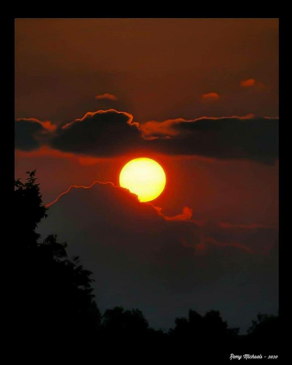 """NORTHERN SUNSET""  #CanadianGeographic #NationalGeographic #Sunset #Beautiful #Wildlife #Winter #AlgonquinPark #Wilderness #OntarioParks #PicOfTheDay #Travel #Nature #Muskoka #Huntsville #Gravenhurst #Photography #Art #Earth 🌎☀️😎🙏✌️👍🌲🌲🍁🌨️📸🐾🐾♥️🇨🇦"