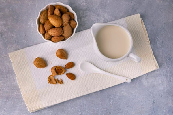 The Downside of Almond Milk People Aren't Talking About ---> rd.com/culture/downsi…