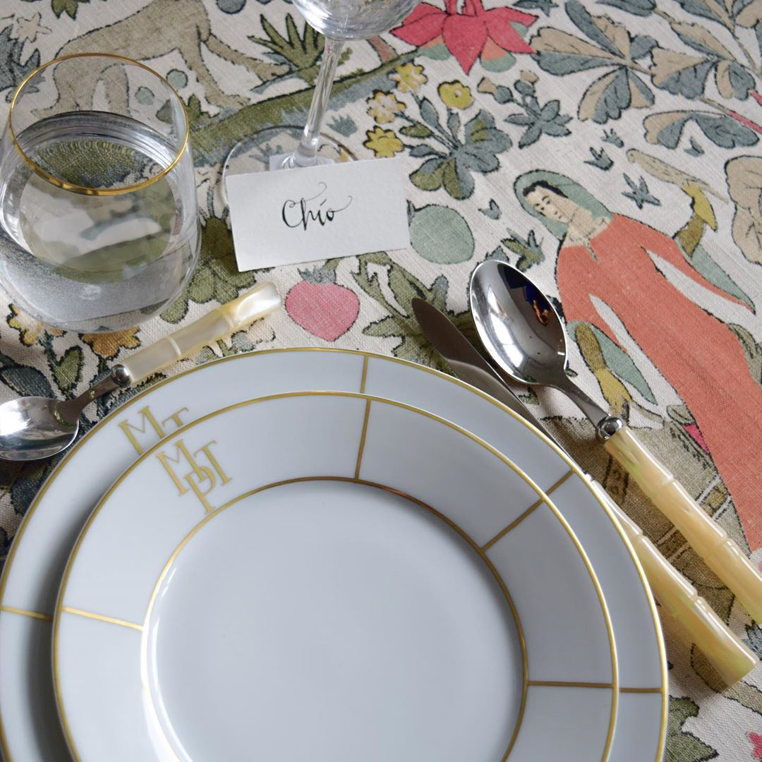 PURE ELEGANCE   Una combinación perfecta entre la porcelana de #MolecotPorcelain y las novedades textiles de nuestra nueva colección #Culturas desde la perspectiva de #ChioLeónStudio / #KAInternational #Lailusióndevolveracasa #Diseñodeinteriores #Telas #Telasbonitas #Decoración