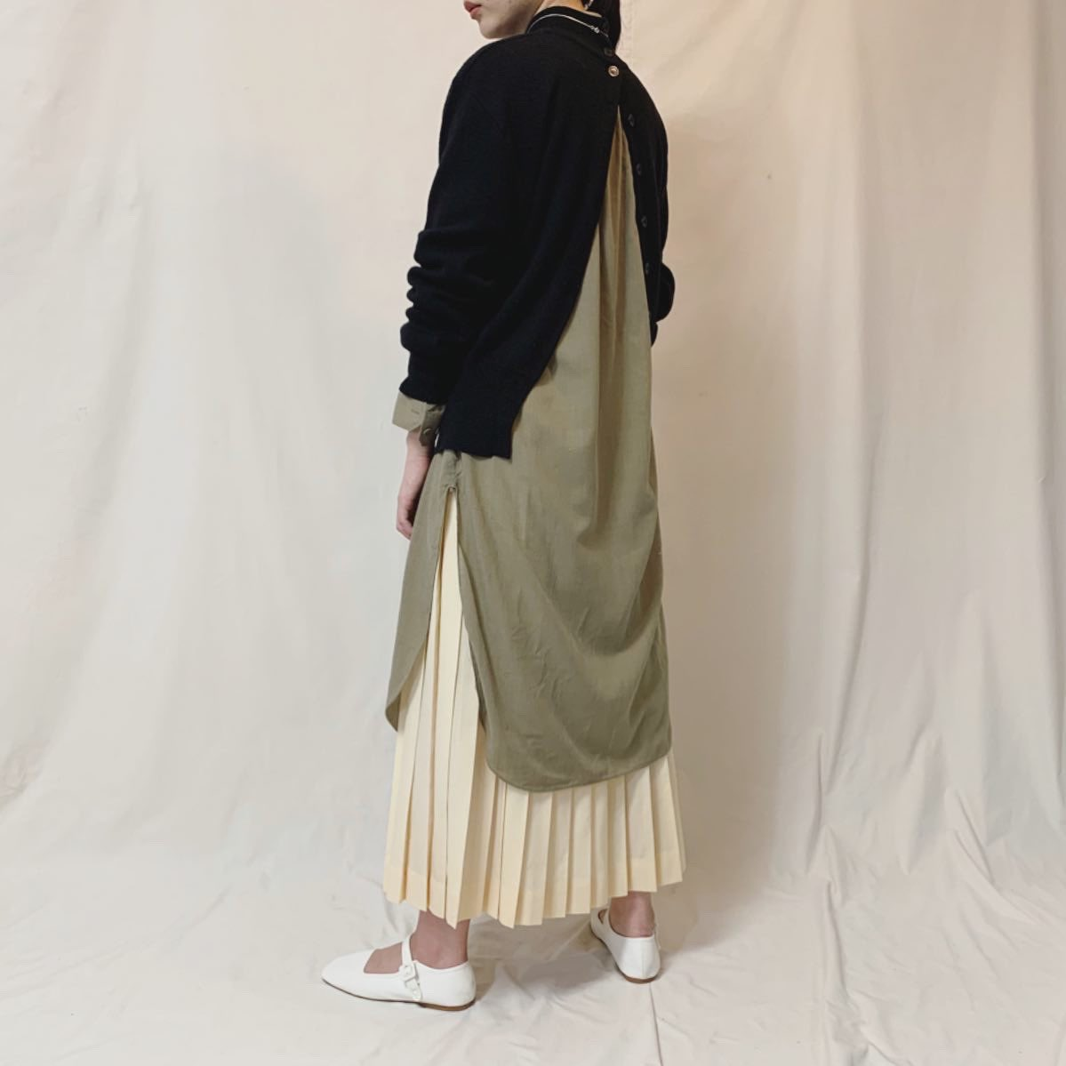 new arrival.  ✔︎back buttons black high neck  sweater ✔︎khaki stand collar shirt onepiece ✔︎cream pleated long skirt pic.twitter.com/lSsWMHnfbk