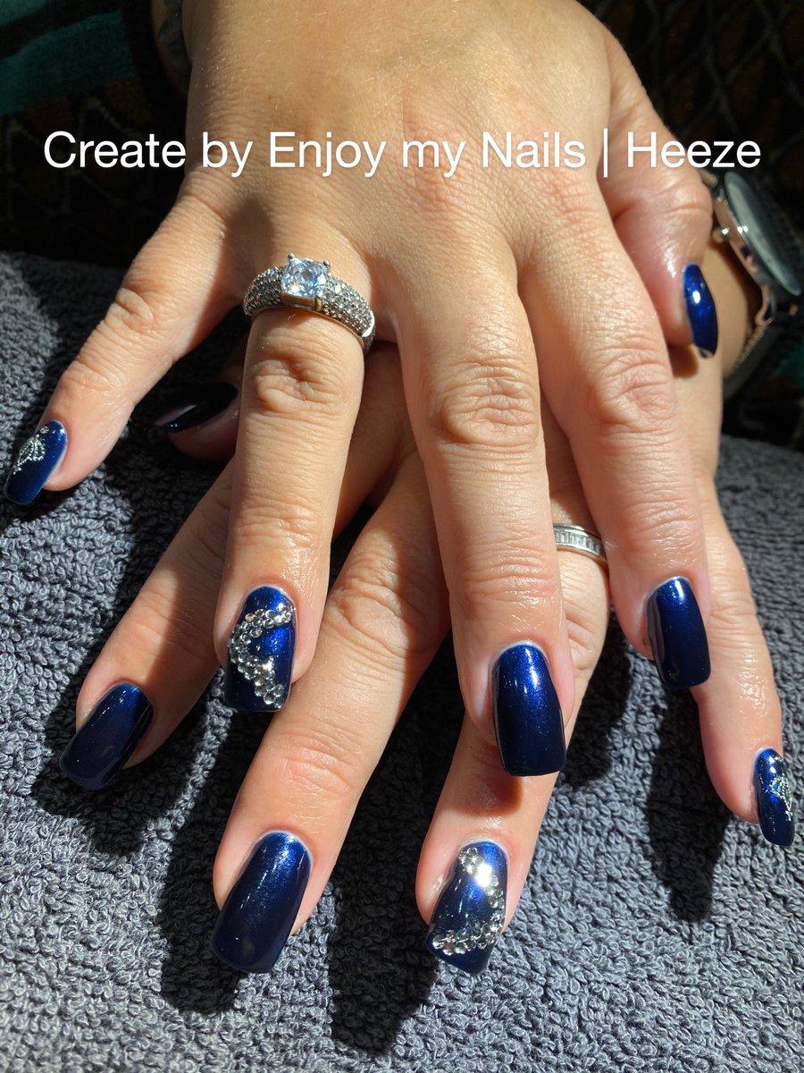 Als een lieve klant vraagt of je iets moois wil doen met haar nagels  voor een bijzondere gelegenheid   Tja, dan komen er natuurlijk altijd glitters & Swarovski steentjes aan te pas #bluenails #nailart #weddingnails #nagelstudioheeze #enjoymynailspic.twitter.com/Z8geFOGiXf