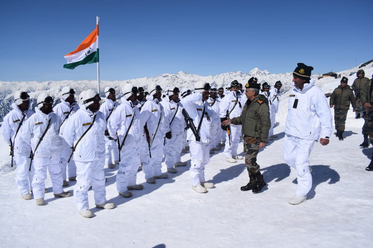 General MM Naravane #COAS visited HQ #Chinar Corps and reviewed the operational preparedness and prevailing security situation. He also interacted with the troops and lauded their morale.#IndianArmy#NationFirst
