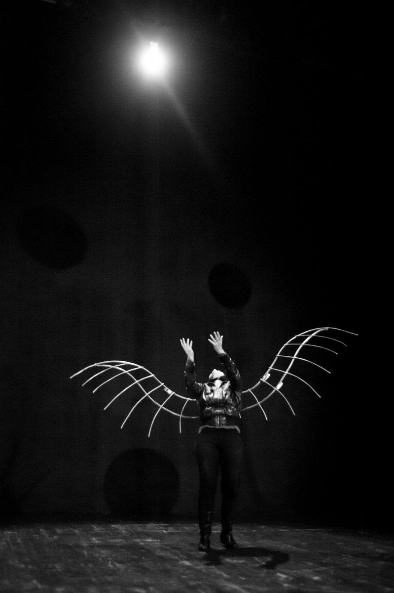 """""""Estasi ancora, un'altra vertigine prego. La vita viene meno sì, ma non l'ardire, un'altra vertigine almeno"""".  Icaro venerdì 6 marzo Teatro Nuovo Pisa teatronuovopisa@gmail.com  tel: 3923233535  foto di Esteban  Azul Teatro Teatro Nuovo Pisa #icaro #ibegintolosecontrol…"""