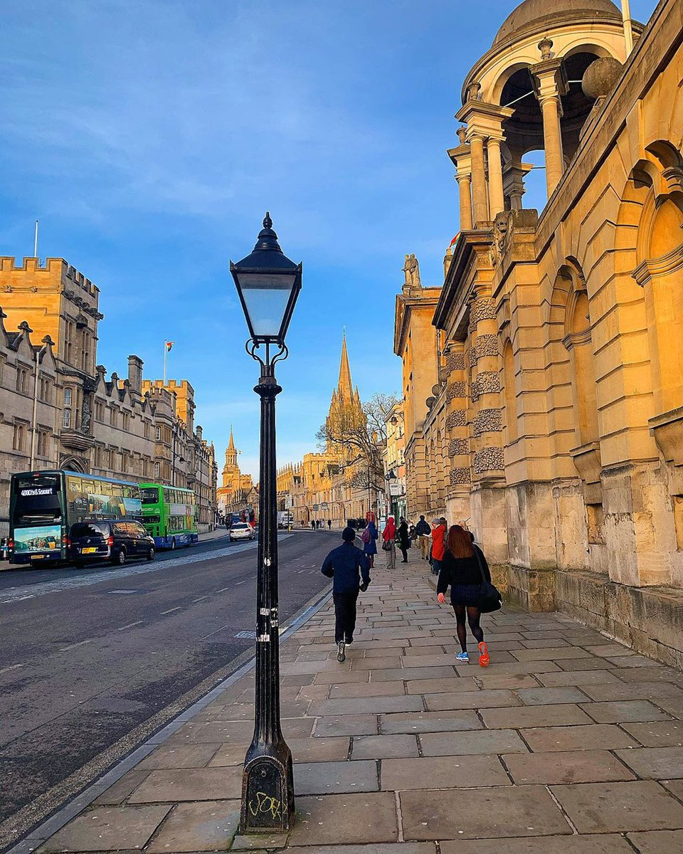 HAPPY WEDNESDAY!  Oxford never fails to provide beautiful views and stunning scenery, go explore it today!  01865 777 333 http://onelink.to/royalcars  [ IG: luis_louis_lewis]  #Oxford #VisitOxford #RoyalCarsOxfordpic.twitter.com/SCmRo2vkcq