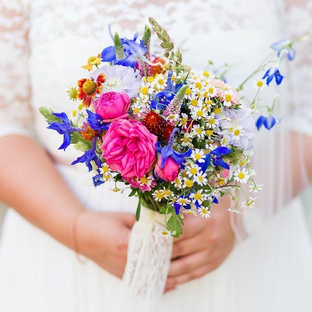 Ein selbst gepflückter Strauß  welche Blumen dürfen in deinem Brautstrauß auf keinen Fall fehlen? . . . . . #mkbraut #mkshootingtime #mkbride #mkgroom #mkcouple #hochzeitsfotografin #hochzeitsfotografie #hochzeitberlin #hochzeitsfotografbe… https://ift.tt/382FPs8pic.twitter.com/d7qqBXmmCX