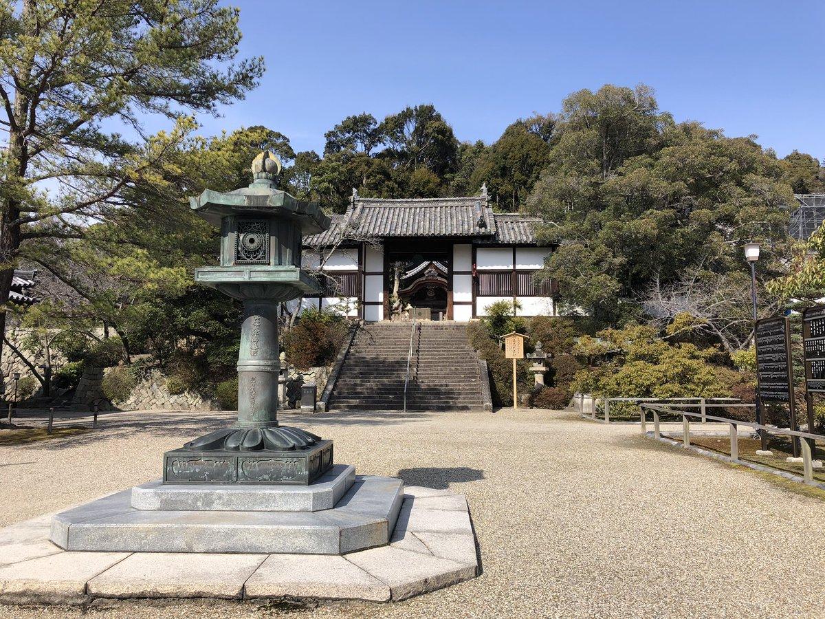 先日、大阪・太子町で「御陵と墓所巡り」をしました。叡福寺の境内に祀られている聖徳太子の御陵からスタートして、蘇我入鹿のお墓(伝)、用明天皇陵、敏達天皇陵、推古天皇陵、小野妹子のお墓、孝徳天皇陵とお詣りしてきました。見慣れた二上山の向こう側にある王家の墓所。興味深い!