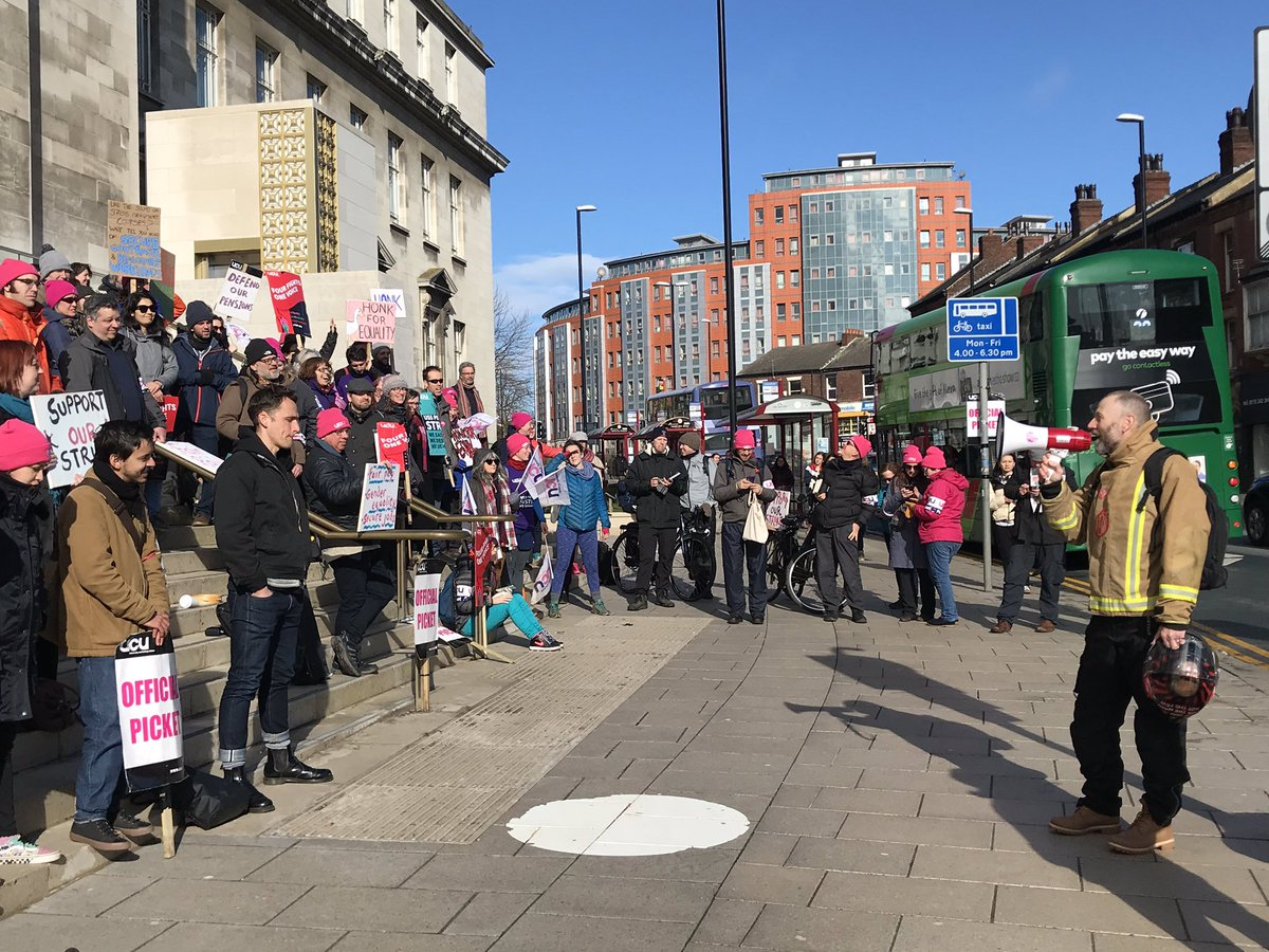Pickets outside the University of Leeds on 26th February 2020