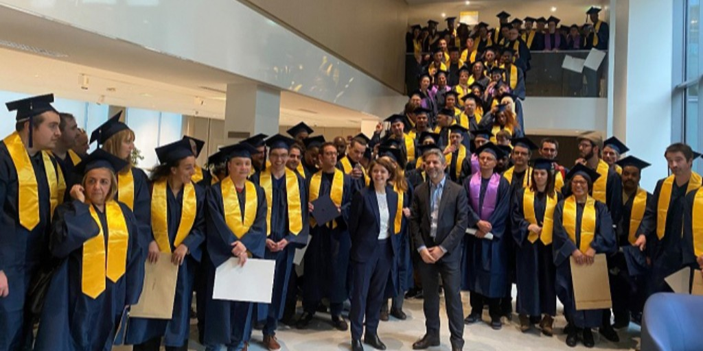 🎓Parcours qualifiants : @GroupeLaPoste forme & accompagne dans l'évolution professionnelle. Déjà + de 50 000 postiers certifiés sur la période 2015-2020. Ici les postiers parisiens lauréats de la 2e promo ! Félicitations à tous ! 👏 #formation #avenir 👉 https://t.co/DTQU0dvZ7S https://t.co/lR1ucO5Jyb