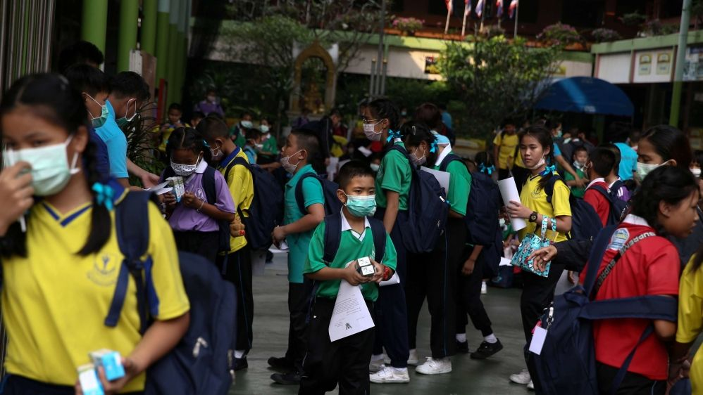 In an effort to protect children from the toxic smog in Bankok, hundreds of schools have been closed until Monday. Face masks have been encouraged, and efforts have been made to provoke rain.   https://buff.ly/2DK30vy  @aljazeera #airpollution #bankok pic.twitter.com/HOK5mHmdaI