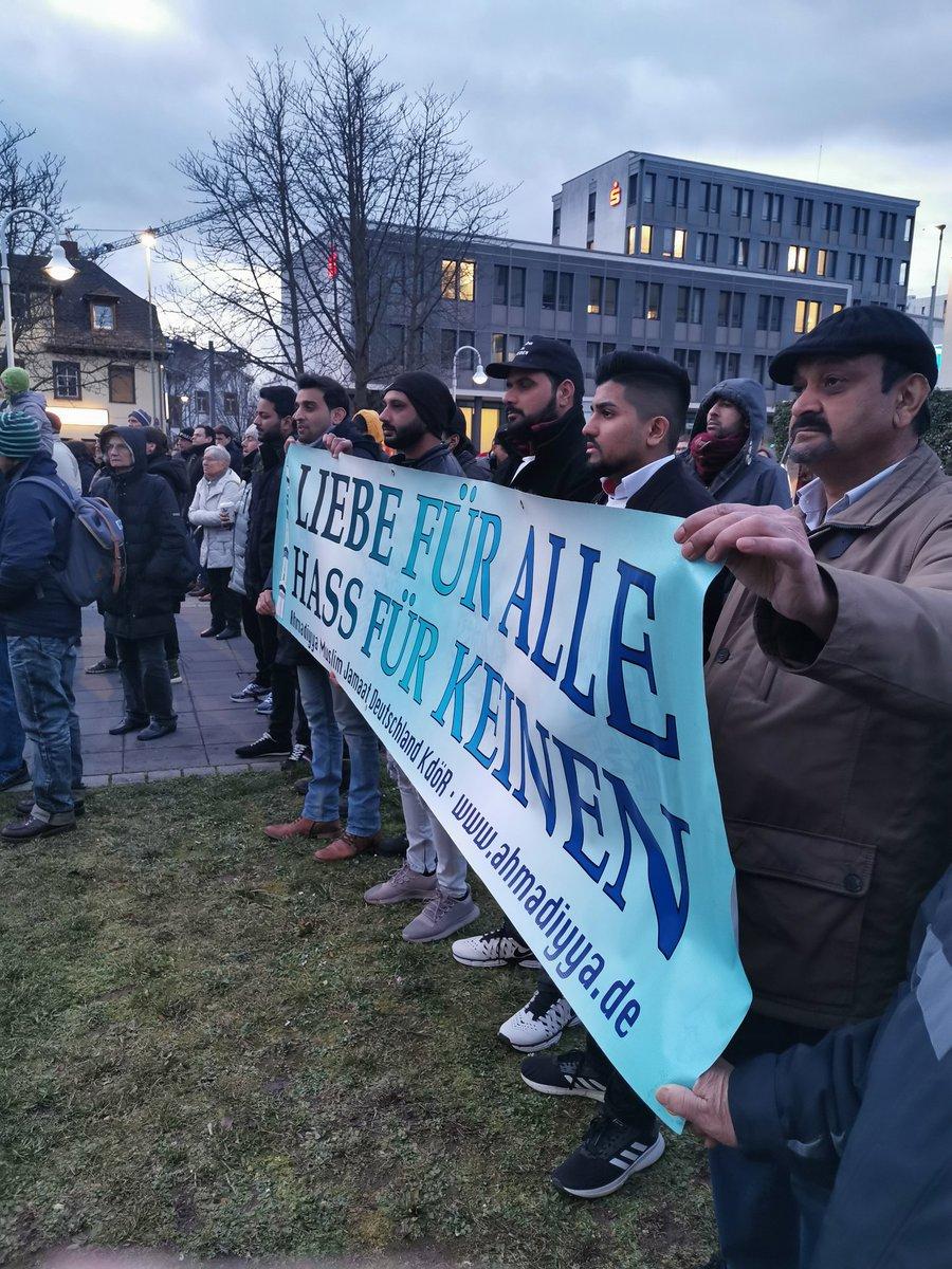 Wir sind Alle Deutschland, und stehen zusammen gegen Rassismus und Gewalt. #Ahmadiyya #Mahnwache in #Friedbergpic.twitter.com/OIfBfRAeJb
