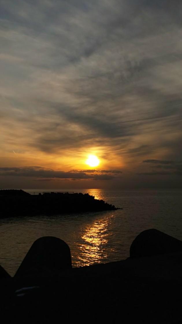 夕陽3 #mysky #sky #sorasuki #ソラモノ写真館 #sun #sunset #umi #sea #海 #茜雲 #薄明光線ノアル空