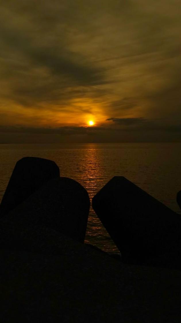 夕陽4 #mysky #sky #sorasuki #ソラモノ写真館 #sun #sunset #umi #sea #海 #茜雲