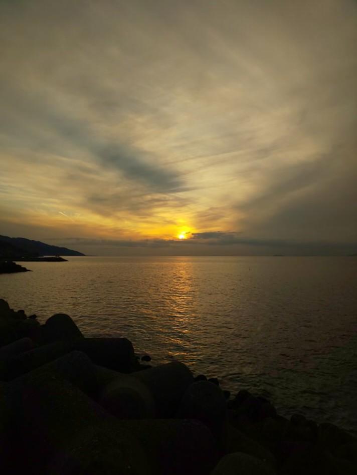 雲に消えて行く #mysky #sky #sorasuki #ソラモノ写真館 #sun #sunset #umi #sea #海 #茜雲 #反薄明光線ノアル空