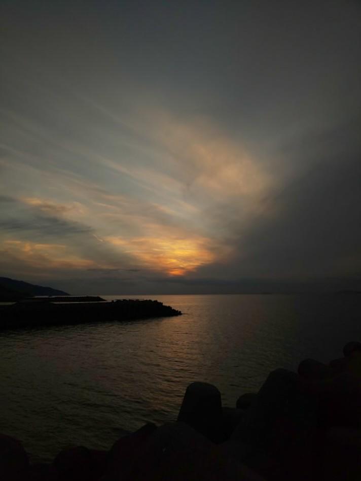 日没の頃 #mysky #sky #sorasuki #ソラモノ写真館 #sunset #umi #sea #海 #茜雲 #反薄明光線ノアル空