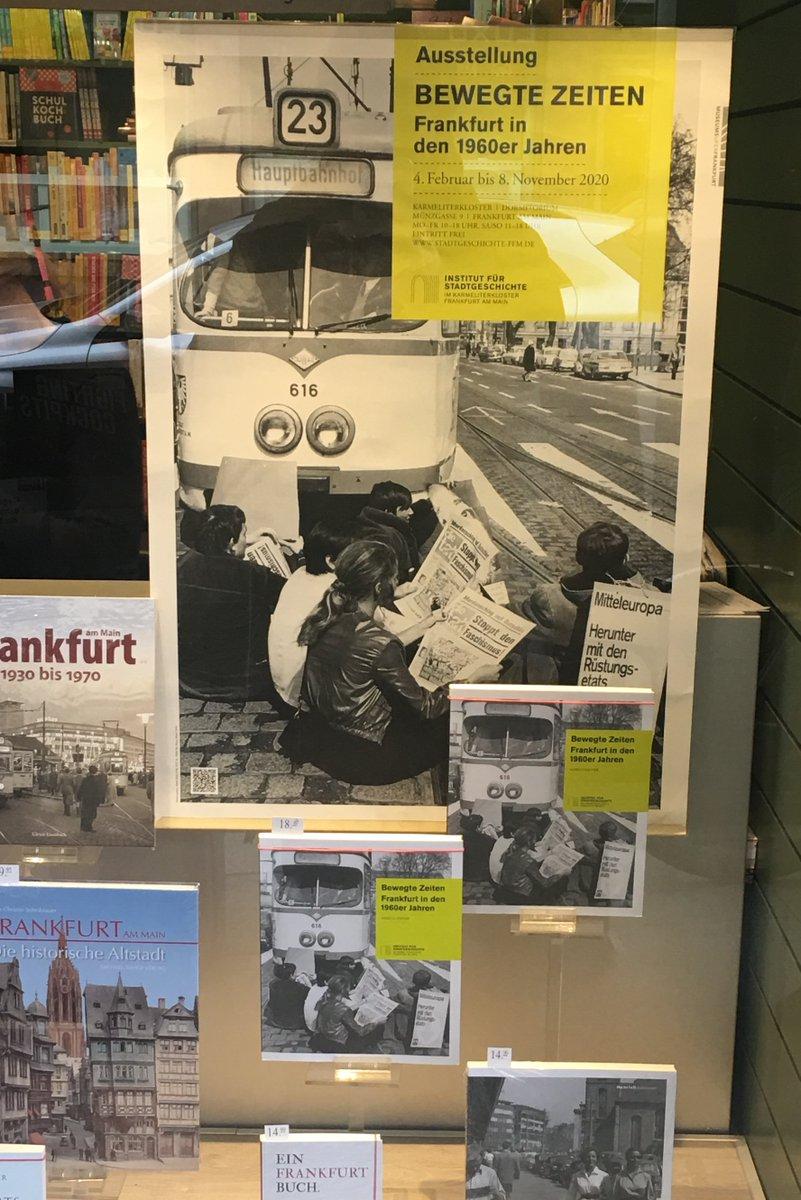 """#Schnappschuss: Vor dem Plakat unserer #Ausstellung findet sich die Begleitpublikation. Erhältlich ist """"Bewegte Zeiten: #Frankfurt in den #1960er Jahren"""" in den Frankfurter Buchhandlungen oder über die Webseite des @isg_frankfurt unter https://bit.ly/2PoEp52 #bewegtezeitenffmpic.twitter.com/5wIw425CNH"""