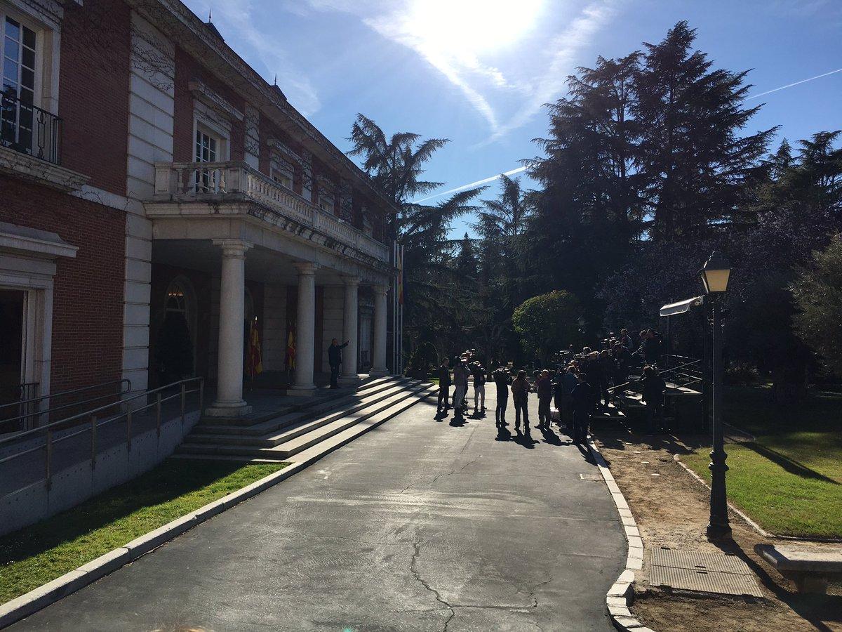 Ambiente de cumbre de jefes de Estado en La Moncloa. Colapso en la cola del acceso de la prensa, varios corresponsales acreditados, y la seguridad reforzada